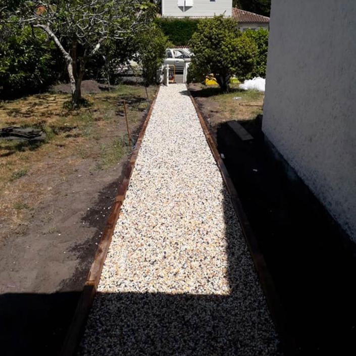 Création d'un chemin/allée en gravier dans un jardin proche de Bordeaux