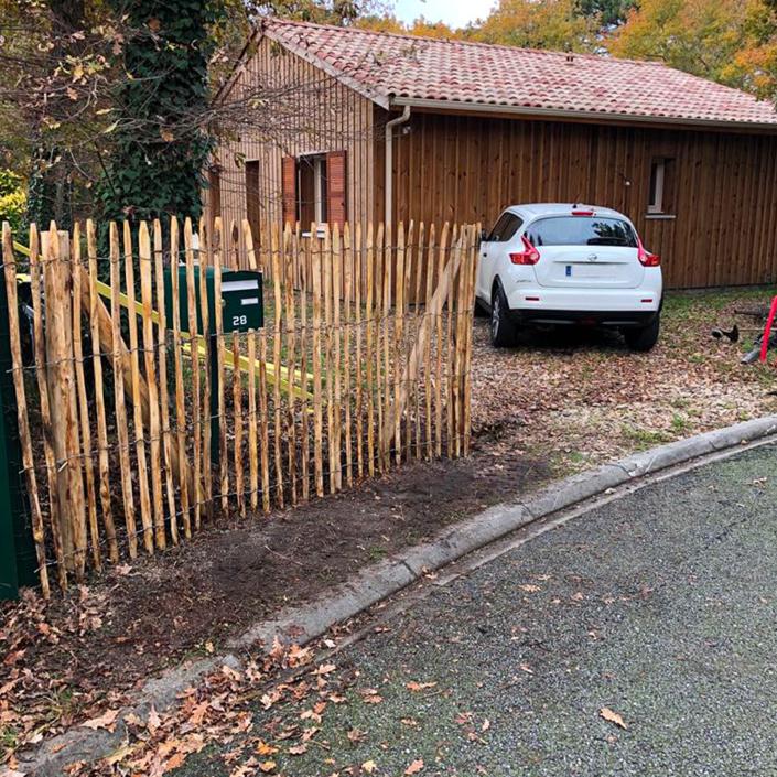 Pose d'une clôture en bois après travaux