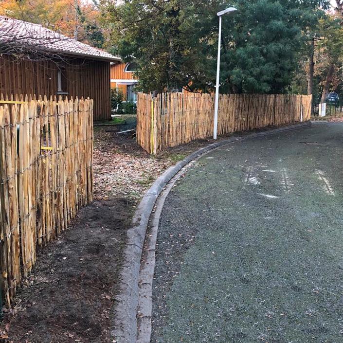 Pose d'une cloture en bois avec un portail intégré
