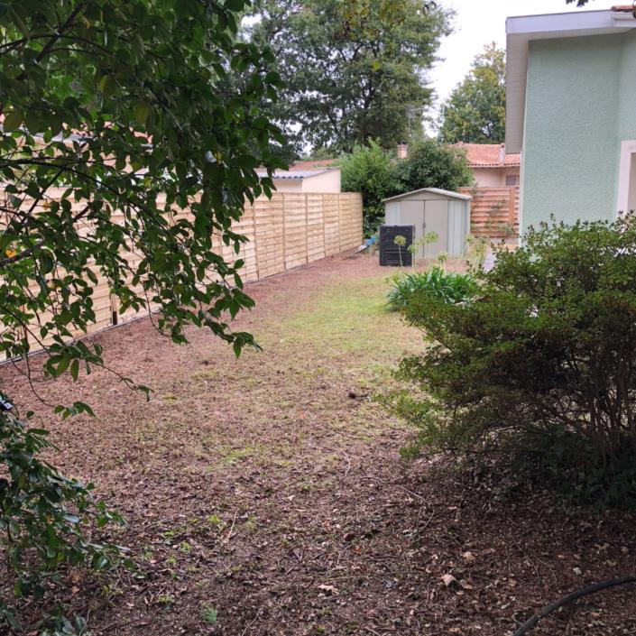 Pose de canisses en bois dans un jardin près de Bordelais