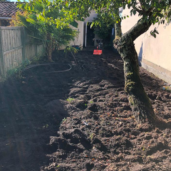 Labourage du terrain avant de semer le gazon